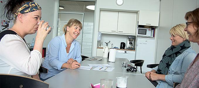 Dorte Lauenborg Nielsen laver projekt om faglighed i SL. Her på besøg hos medarbejderne Nanna Andresen Egidiussen, Marianne Bøcker og Tina Holch Nielsen i institutionen Violen.  Foto: © Michael Bo Rasmussen / Baghuset. Dato: 24.06.15