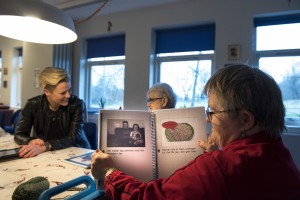 Samværs og Aktivitetscentret i Hjortdal. Anvender iPads m.v. til bedre kommunikation med brugerne. Bente Møller Jensen, med Tove og Hanne ( i rød trøje) med nogle bøger de har lavet. Foto: © Michael Bo Rasmussen / Baghuset. Dato: 18.12.15